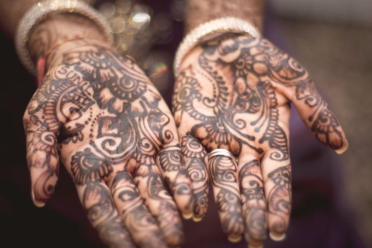 Mãos pintadas com henna.