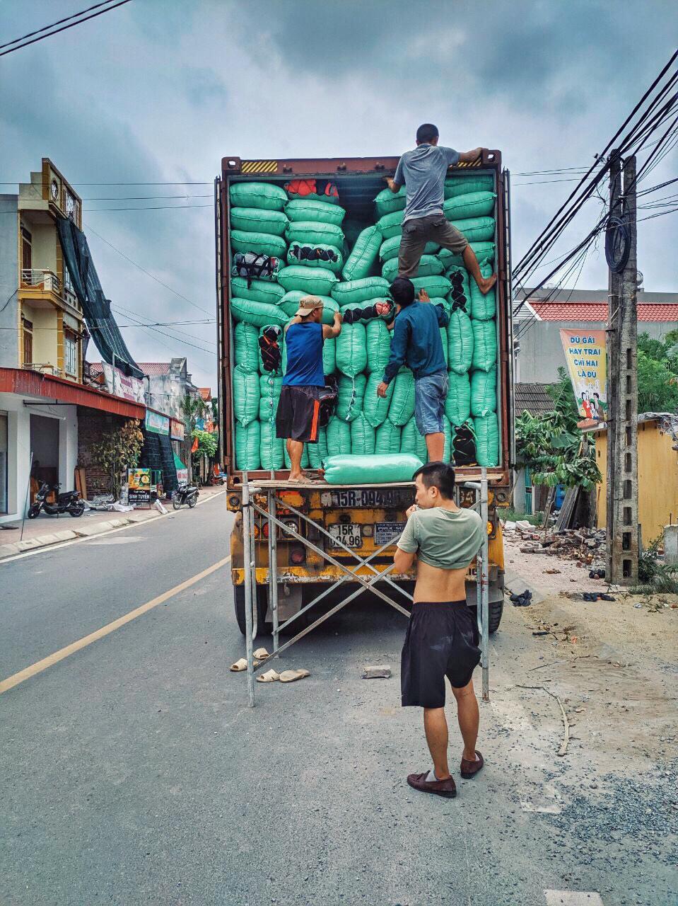 Caminhão com sacos de 20kg contendo panos de resíduos industriais, feitos de algodão, para serem comercializados para indústrias de portes diversos.