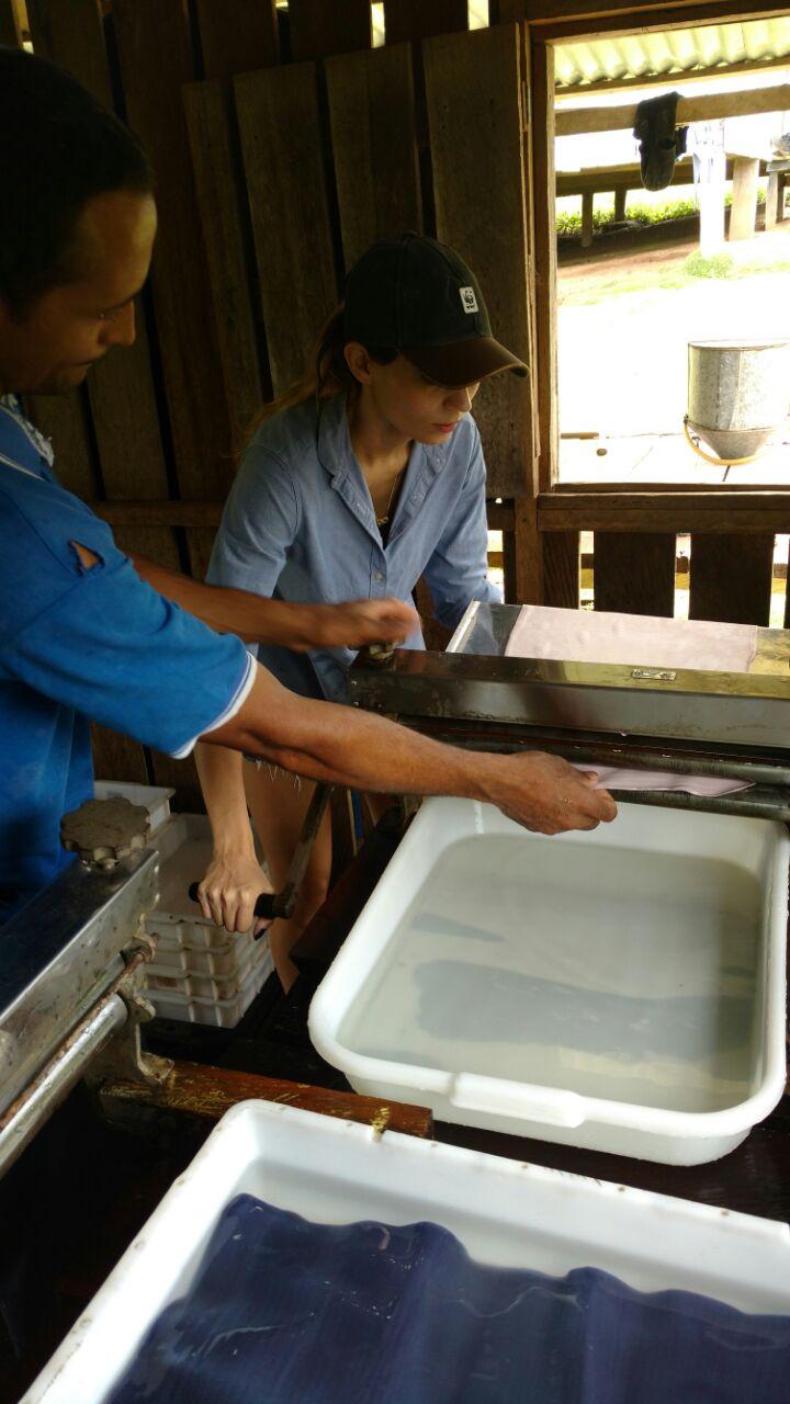 Manoela Paimm com seringueiros no Acre, produzindo a Folha Semi Artefato