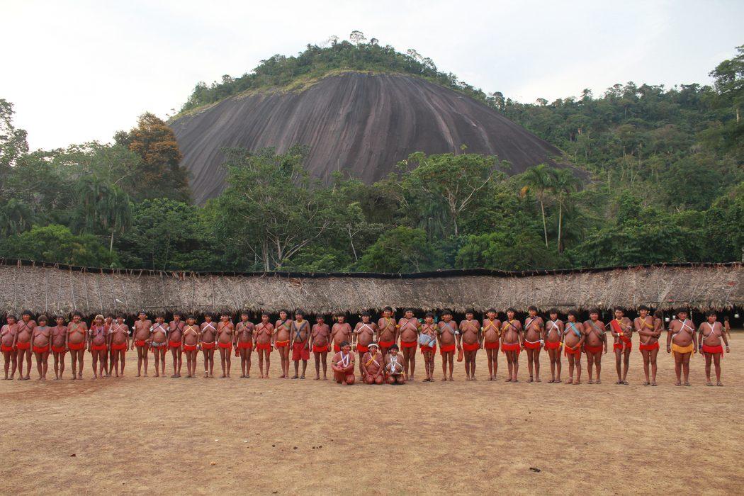 Povo Yanomami. Foto: Adriana Hubert/Cimi Regional Norte 1. Site: https://cimi.org.br/2020/04/mpf-entra-na-justica-por-plano-emergencial-de-combate-a-covid-19-na-ti-yanomami/ OUTRA FONTE // Ao centro de Watorikɨ, a casa cravada aos pés da ´montanha do vento´, as mulheres yanomami posam para registrar o seu 11° encontro. Foto: Lucas Lima/ISA Site: https://medium.com/@socioambiental/coragem-beleza-verdade-e-outras-palavras-que-aprendi-com-as-yanomami-3d420882b00c