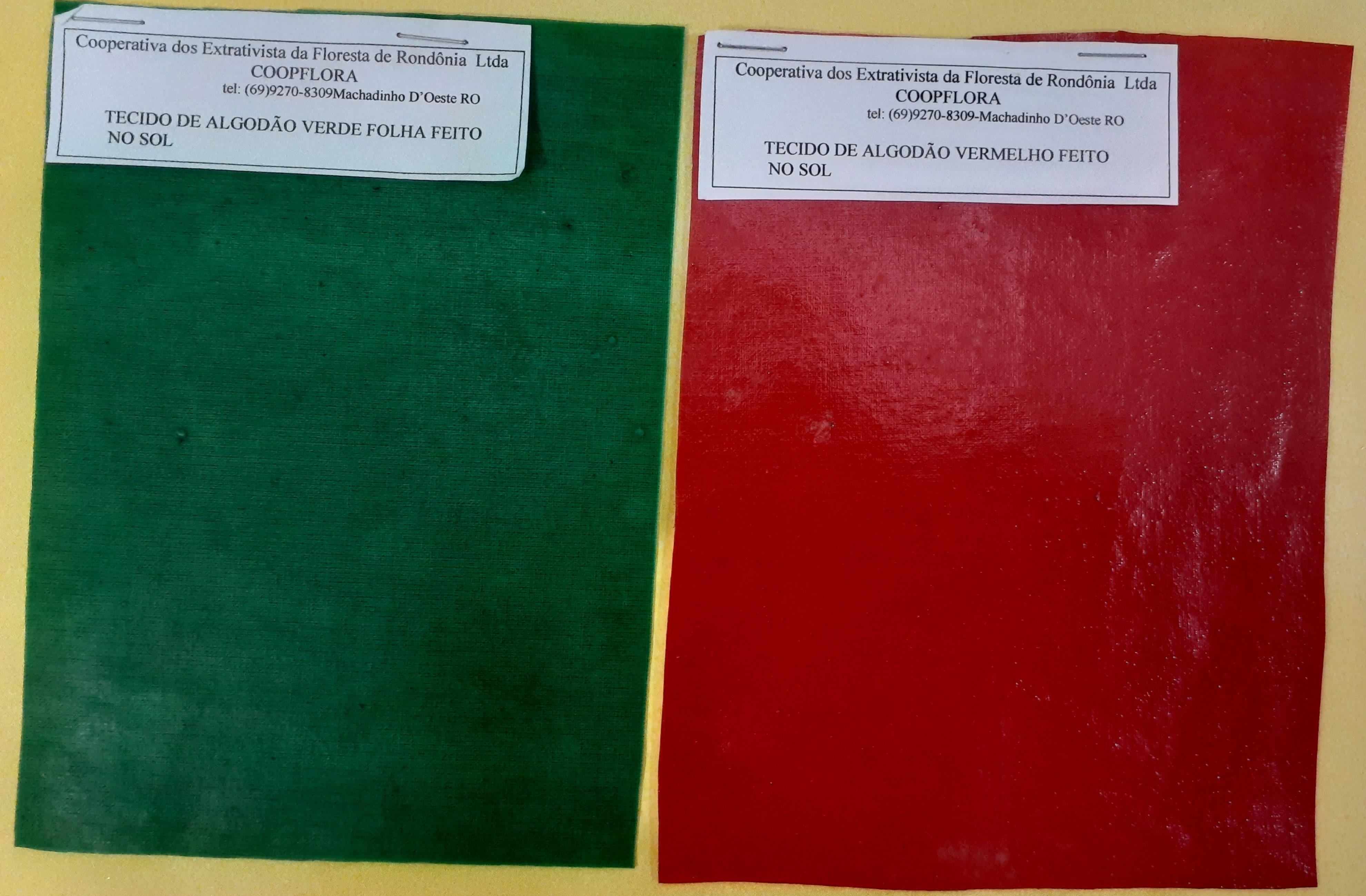 Tecidode algodão verde e vermelho feitos no sol. Camadas de látex são sobrepostas a uma camada de tecido de algodão. Fonte: seringueiros da COOPFLORA, em Machadinho D'Oeste.